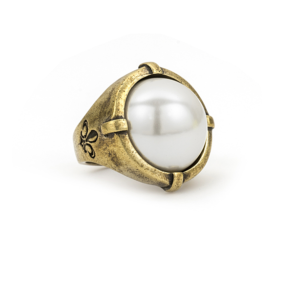 SIGNET RING WITH WHITE PEARL CABOCHON