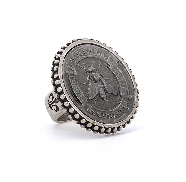 POINTE BEZEL RING WITH GRAPHITE ABEILLE MEDALLION