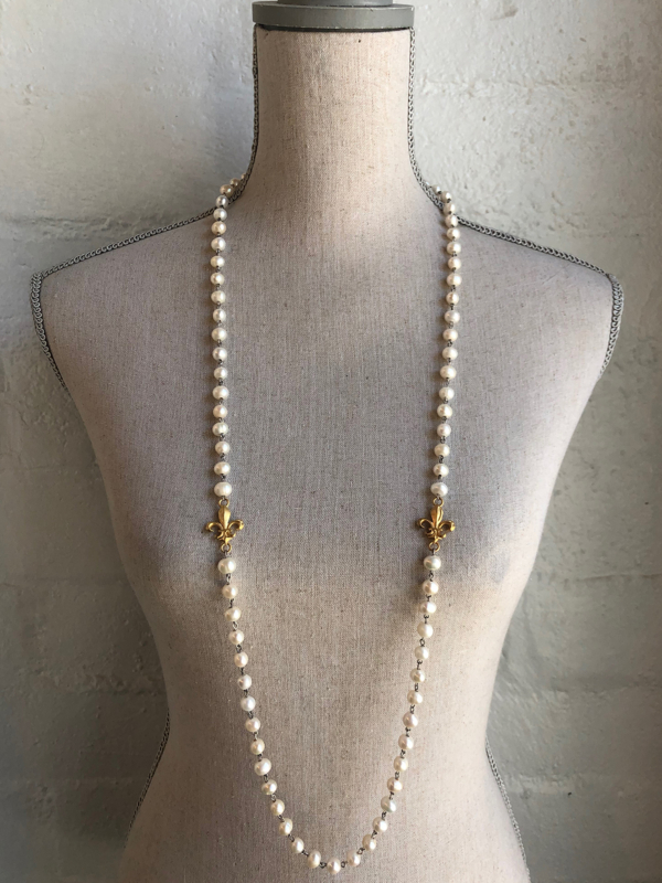 WHITE PEARL WITH SILVER WIRE AND GOLD FLEUR PENDANTS
