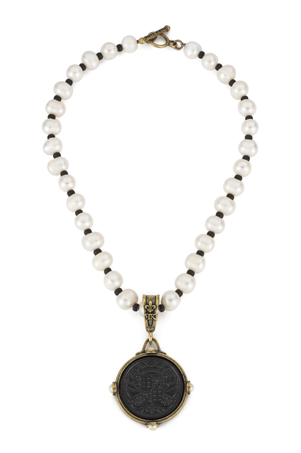 WHITE PEARL WITH FONTENOY MEDALLION