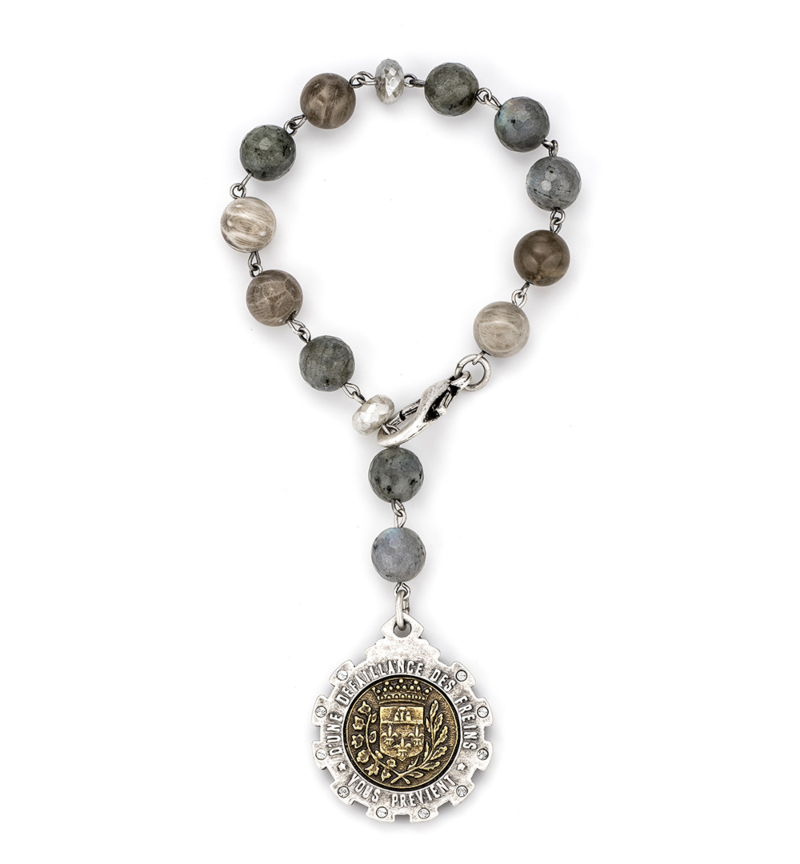 SINGLE STRAND MEDITERRANEAN MIX WITH SILVER WIRE AND GUSTAVE MEDALLION